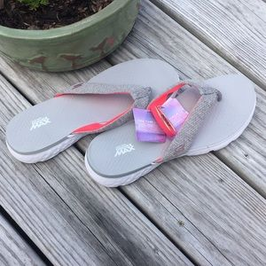 NWT Skechers thong sandals